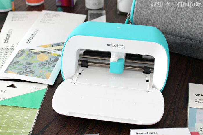 """Customize your own water bottle in just a few minutes with the new Cricut Joy! This tutorial includes a free cut file for a """"Mamas Run the World"""" water bottle decal that's perfect for moms who love to run!"""